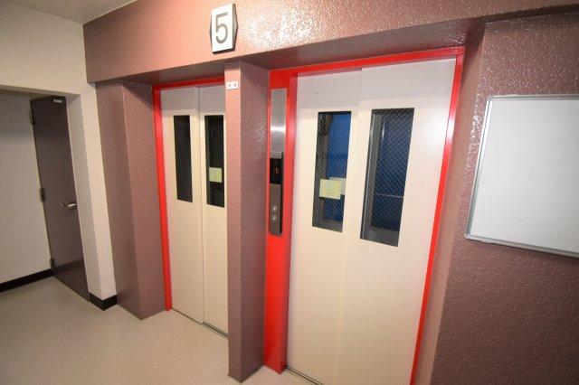 エレベーターが2基あります。