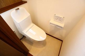 佐倉市白銀 中古戸建 京成佐倉駅 新規交換済みのトイレです。うれしい温水洗浄便座付き。