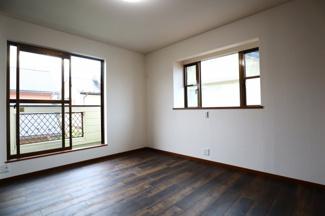 佐倉市白銀 中古戸建 京成佐倉駅 2階南西側6.4帖洋室。バルコニーに出入り可能な主寝室。