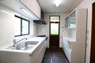 佐倉市白銀 中古戸建 京成佐倉駅 広々とした5帖のキッチンスペース。システムキッチン新規交換済みです。