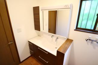 佐倉市白銀 中古戸建 京成佐倉駅 収納が豊富な3面鏡タイプの独立洗面台です。新規交換済みです。