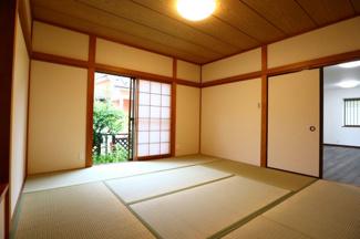 佐倉市白銀 中古戸建 京成佐倉駅 1階8畳和室収納。LDKからも廊下からも出入り可能な広々8畳の和室です。