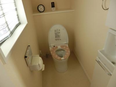 入ると自動で蓋が上がるタイプです。手洗付。