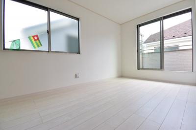 約6.5帖の主寝室。2面採光で明るく、風通しも良い空間です!