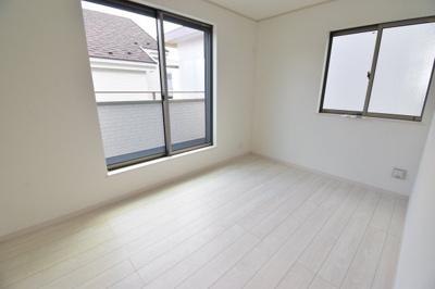 約5.5帖の洋室。全居室収納完備、2面採光でどのお部屋も気持ちの良い光が差し込みます。