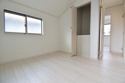 約4.5帖の洋室。子供部屋にもちょうど良い広さ。あなたならどんなお部屋として使いますか?