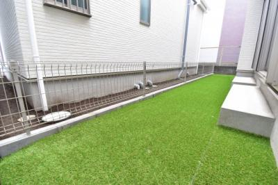 目線を気にしなくて良い人工芝敷きの専用庭。お子様のビニールプールやガーデニング等、お楽しみください!