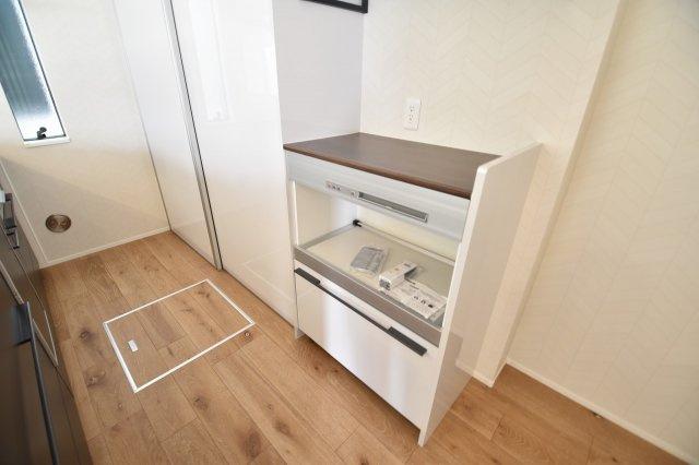キッチンスペース後方には、カップボードを標準装備。