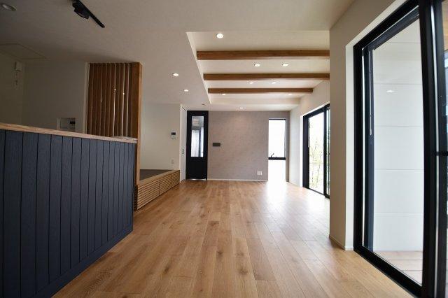 LDK18.5帖の大空間は家族の集まる団らんスペース、明り取りの窓からからも光の集まる陽だまりの空間です。