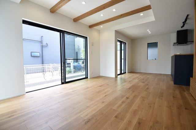 LDK18.5帖の大空間は家族の集まる団らんスペース、窓からからも光の集まる陽だまりの空間です。