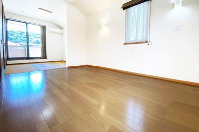 《洋室10.5帖》バルコニーのある広い寝室は畳スペースもある3面採光の快適な室内。ご夫婦の寝室にいかがですか?