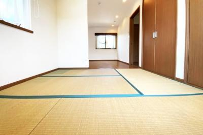 《洋室10.5帖》畳コーナーには大容量の収納があります。畳があると床にそのまま寝そべられるので、お子様のおむつ替えなどに助かります。