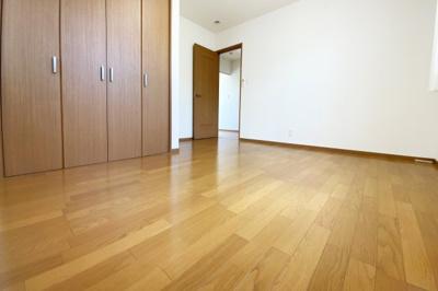 《洋室7帖》2階のお部屋は全て《2面採光》《収納あり》でお部屋が広く使えて陽当り・通風は良好の快適ルーム♪