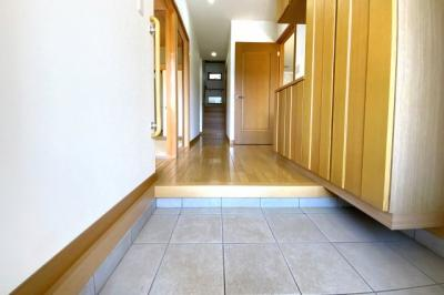 玄関には大型のシューズボックスが完備されています。ご家族の靴がたくさん収納できて玄関はいつも綺麗に保てます。