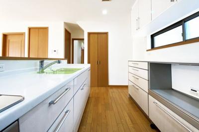キッチンスには大型カップボードがあり収納たっぷり!キッチンスペースには勝手口もあります。