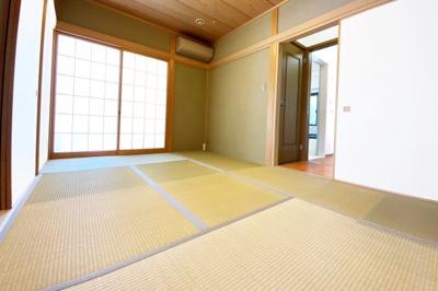 こちらの和室は、廊下扉が2ヶ所もあります。リビング前の扉と洗面室前の扉があり便利です。