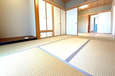 1階には和室が2部屋あり、続き間になっています。6帖が2部屋なので扉を開放すれば12帖のスペースが確保されます。それぞれの部屋は廊下から出入りが出来ます。