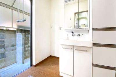 洗面室には勝手口があり、屋根付きの物干しスペースになっているので便利!洗濯機からすぐに干せて家事がスムーズ♪