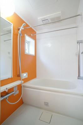 浴室暖房乾燥機付きバスルームです♪物干しバーも付いているので雨の日のお洗濯も安心ですね☆