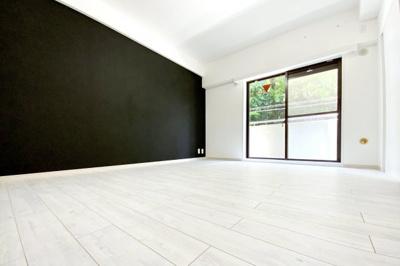 《洋室7.5帖》こちらの《アクセントクロス》はブラック。モノトーンのスタイリッシュでクールなお部屋です。