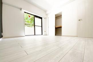 《洋室7.5帖》こちらのお部屋も南側にバルコニーがあり陽当りの良い室内です。もちろん収納もあります。