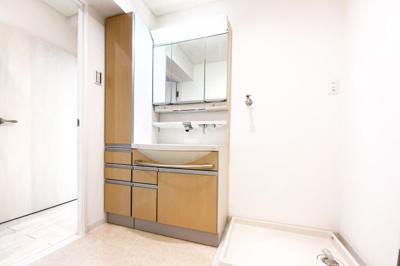 洗面化粧台はワイドタイプで収納もたっぷりサイズ。三面鏡の裏側も収納になっているので小物がスッキリ片付きます。洗濯機スペースもちゃんとあります。