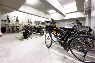 【駐輪場】屋内にある自転車置場で雨の日でも安心です。※駐車場等の空き状況は都度要確認