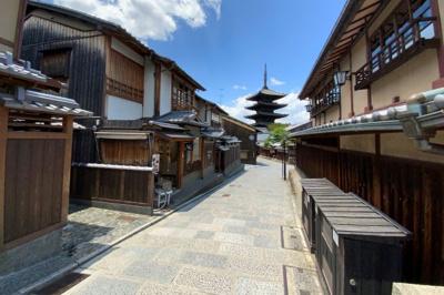 生活便利でありながら、世界遺産「清水寺」までの道案内『産寧坂』が徒歩約2分にある贅沢なマンションです。