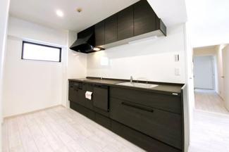 システムキッチンは新調していますので気持ちよくお使い頂けますね。IHクッキングヒーターなので火の元も安心です。食器洗浄乾燥機は環境にも奥様の手にも優しい設備です。