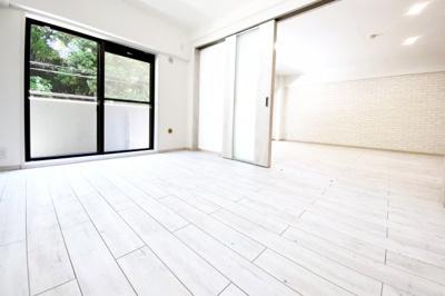 《洋室6帖》LDKの続きに洋室があり3枚扉を全開すれば、22帖の広々スペースが広がります。