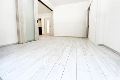 《洋室6帖》収納もしっかり完備されているこちらのお部屋は、南向きでバルコニーにも出られる陽当り良好の洋室です。