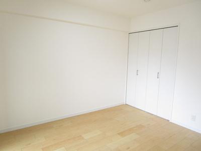 リビングに隣接する洋室の壁面は開放感ある窓を設けています♪リビングから洋室の様子が一目でわかり、お子様のお部屋に、多目的ルームにもぴったりです♪無機質な壁面でない開放感ある仕様となっています。