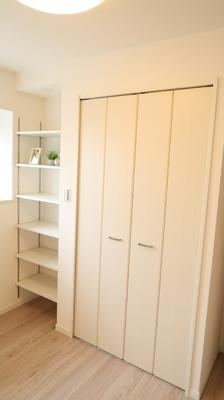 明るい洋室には、棚とクローゼットが完備されています♪