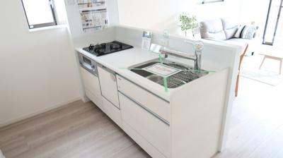 フローリングの色調と統一されたシステムキッチンは違和感なくリビングに馴染みます。3口ガスコンロを完備しており、同時進行でお料理も時短に。ビルトインの食器洗浄乾燥機が設置されており、家事もはかどります♪