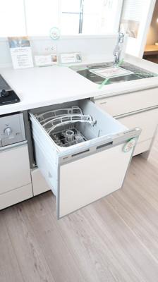 お食事後の後片付け時間を一気に短縮してくれる食器洗浄乾燥機がビルトインされています♪共働きファミリーに優しい仕様。スリム型レンジフード、浄水器付き水栓を設置しています。