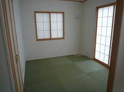 【約4.5帖の和室】 リビングに隣接した明るい和室。 冬はコタツを置いたり、優しい畳の感触は 赤ちゃんのお昼寝にもぴったりです! 居室スペースとしてだけでなく、 客間としても十分ご活用頂けます。