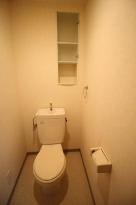 棚付きのトイレ