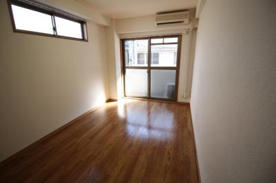 洋室7.1帖  角部屋なので東向きの窓があります♪