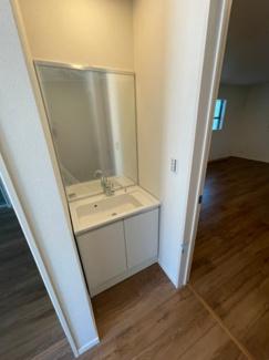 1階のセカンド洗面台です。帰ってきてすぐに手洗いできます。