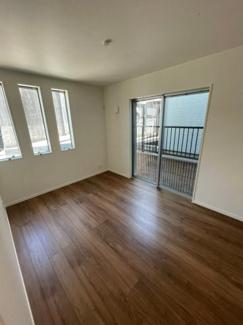 1階6帖洋室です。窓が多い南向きの明るいお部屋♪テラス付!