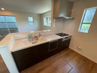 食洗器・浄水器・床下収納・勝手口がある便利なキッチンです。