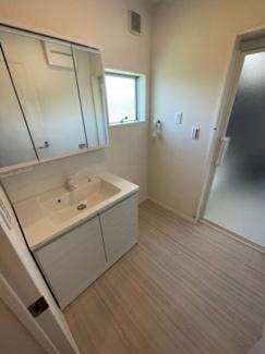 3面鏡のシャワー付洗面台です。