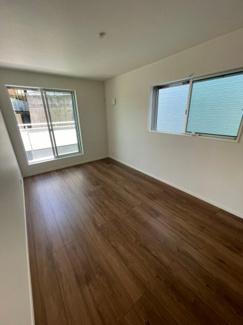 2階7.5帖の洋室です。バルコニーがあるのでお洗濯を干すスペースとして使えます。