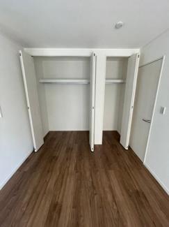 2階7.5帖の洋室です。クローゼットの中はフラットで使いやすいです。