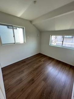5.25帖の洋室です。こちらのお部屋も窓が2つあり、明るいです。