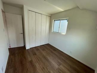 5.25帖の洋室です。クローゼットは1か所ですが、大きさがあります。