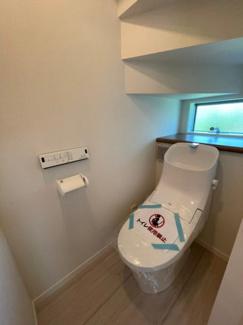 タンク一体型ウォシュレット付きトイレです。