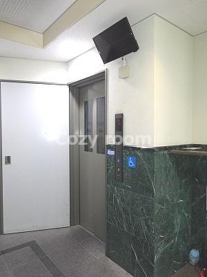 防犯カメラ付きの1階エレベーターホールです。