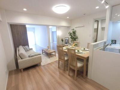 13.2帖のリビングは家事効率の良いL字型キッチン採用で広々使えます♪ 11階最上階、上階からの生活音がなく戸建感覚を味わえます。