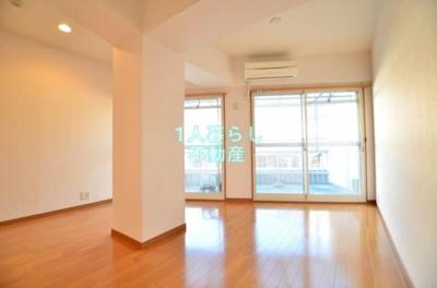 真ん中に柱がありますが、広くてキレイなお部屋です